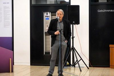 Prof. Michael Seadle hält ein Grußwort zur Eröffnung der Ausstellung. Foto: Thorsten Beck